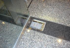 フロアヒンジ交換工事 経年劣化による動作不良 強化ガラス扉