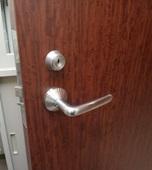 マンション管理人室の入口ドア施錠不良!